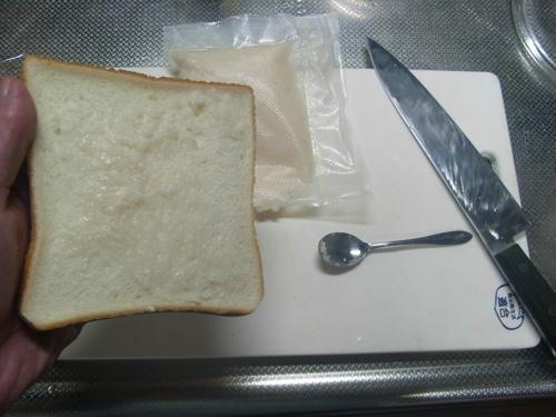 <食パンに鮒寿司の飯を塗る!>