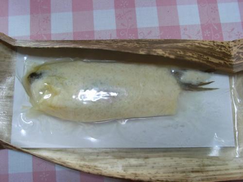 <竹の皮の中から出てきた鮒寿司、飯はややキツネ色>