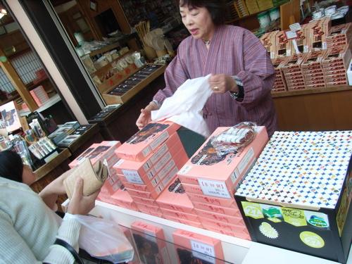 <多賀大社名物・糸切餅を買う>
