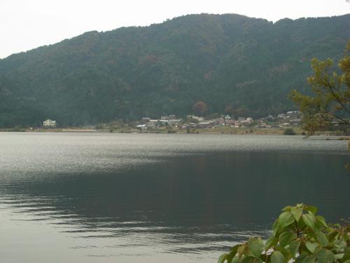 <余呉湖 正面の集落に徳山鮓があります>