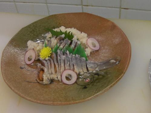 <プロが即興でスライスして盛りつけた鮒寿司>