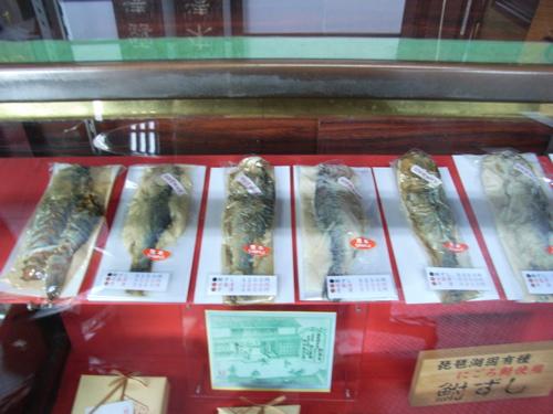 <鮒寿司のサンプルが入った木枠のショーケース>