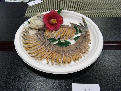<綺麗にスライスされ且つ添え物で自己主張されている鮒寿司>