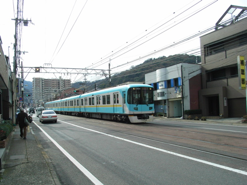 <JR大津駅から徒歩で20分程度 途中京阪京津線をまたぎます>