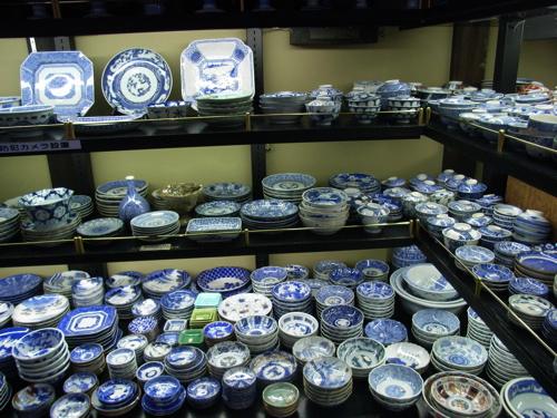 <店内の陶器陳列コーナー>