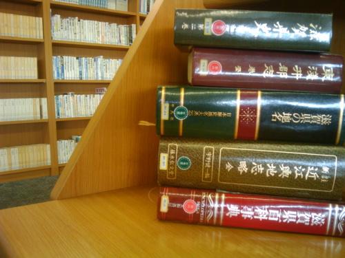 <図書館にて>