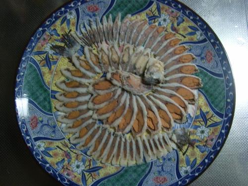 <鮒寿司を丸い大皿に盛り付け>