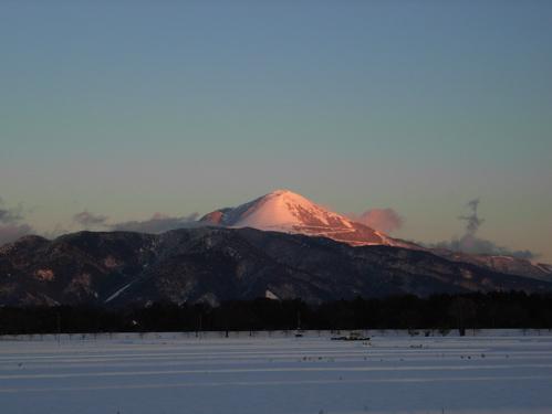 <冬の晴れた日の、日没時の伊吹山>