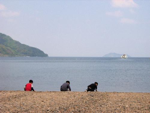 <2005年5月 マキノサニービーチから竹生島 左側・海津大崎の奥が菅浦>