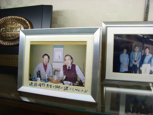 <玄関に飾られた記念写真>