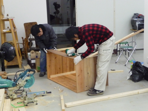 <商品棚の組み立てボランティア作業を行う前川さんと野辺君>