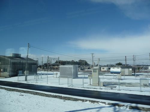 <野洲駅手前では数センチ程度、空右側は雪雲>