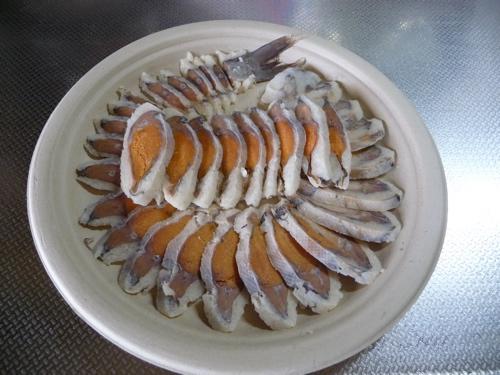 <用意した鮒寿司・片面飯を残して冷凍し3mm程度の斜めスライス>
