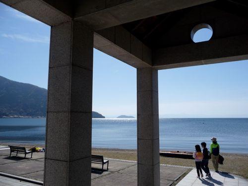 <高木浜から海津大崎、竹生島を望む>
