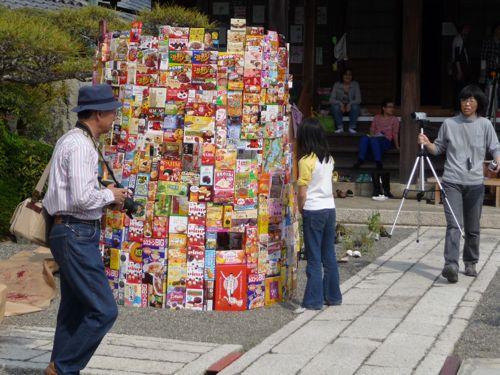 <昨年の守山野外美術展の様子の一部 三原さんのパッケージタワー>