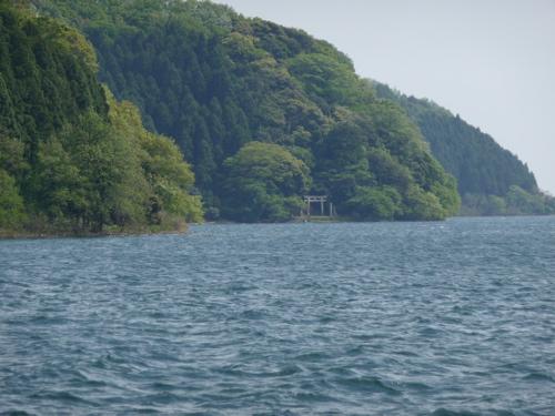 <人里のない山麓に、湖に面して鳥居が立つ有漏神社>