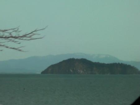 <人の気配が薄い場所から竹生島を見る。その奥は霊仙>