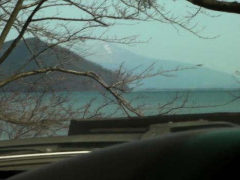 <海津大崎のトンネルを抜けて葛篭尾崎を背にチラット見える伊吹山>