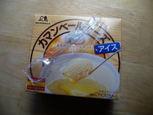 <近所のセブンイレブンで買ったカマンベールチーズアイス>