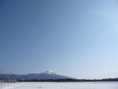 <オコナイが済んで曇りがちの空に青空が見られる季節になってきました>