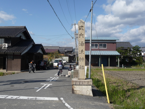 <湯次という小さな集落に現存する式内湯次神社>