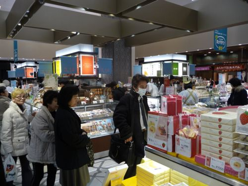 <大丸東京店 一階のお菓子売り場>