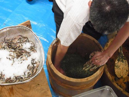 <蓼の葉を混ぜたご飯の上に生きたドジョウを漬ける>